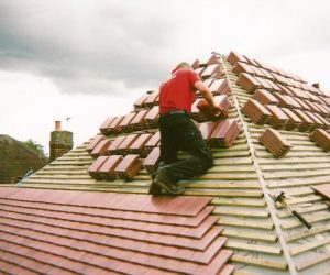 roofer-workin-on-roof-nottinghamshire