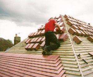 roofer-workin-on-roof-nottinghamshire